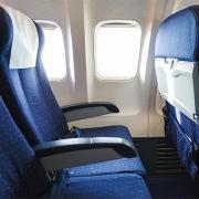 Ghế máy bay không quay ngược về phía sau. Vì sao?